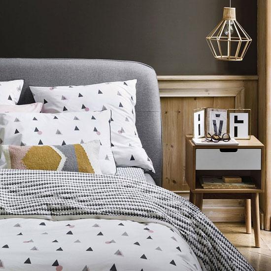 Associez votre lit scandinave à des tables de chevet aux pieds compas