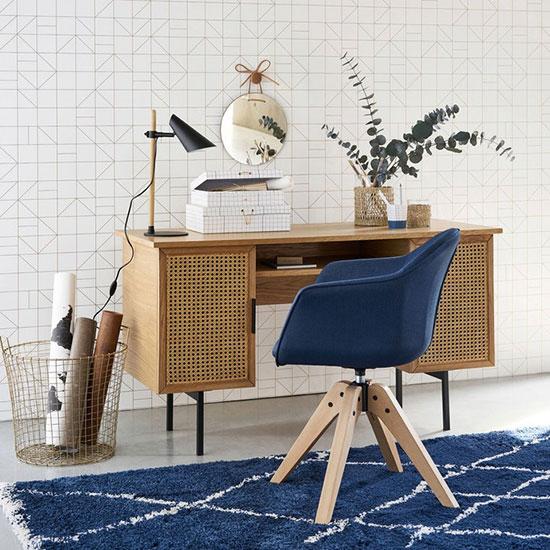 Un fauteuil scandinave aux tons clairs et piétement en bois