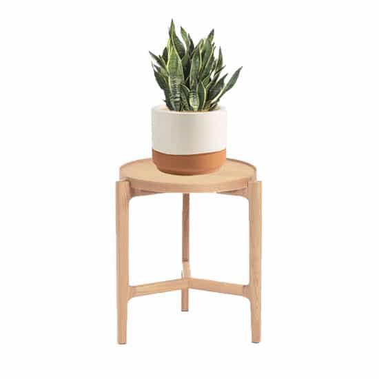 Associez déco aux tons pastel et mobilier en bois clair dans une chambre scandinave