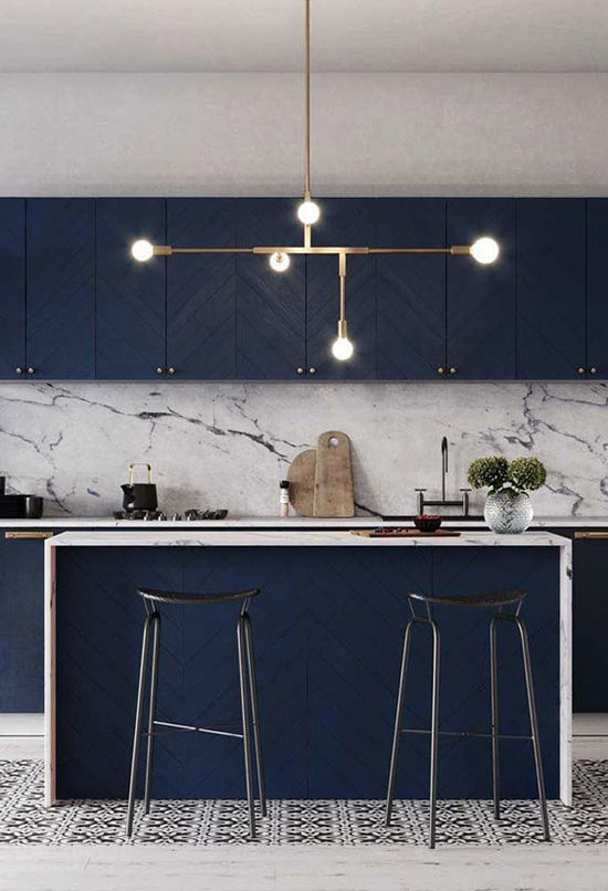 Cuisine bleu avec crédence en marbre