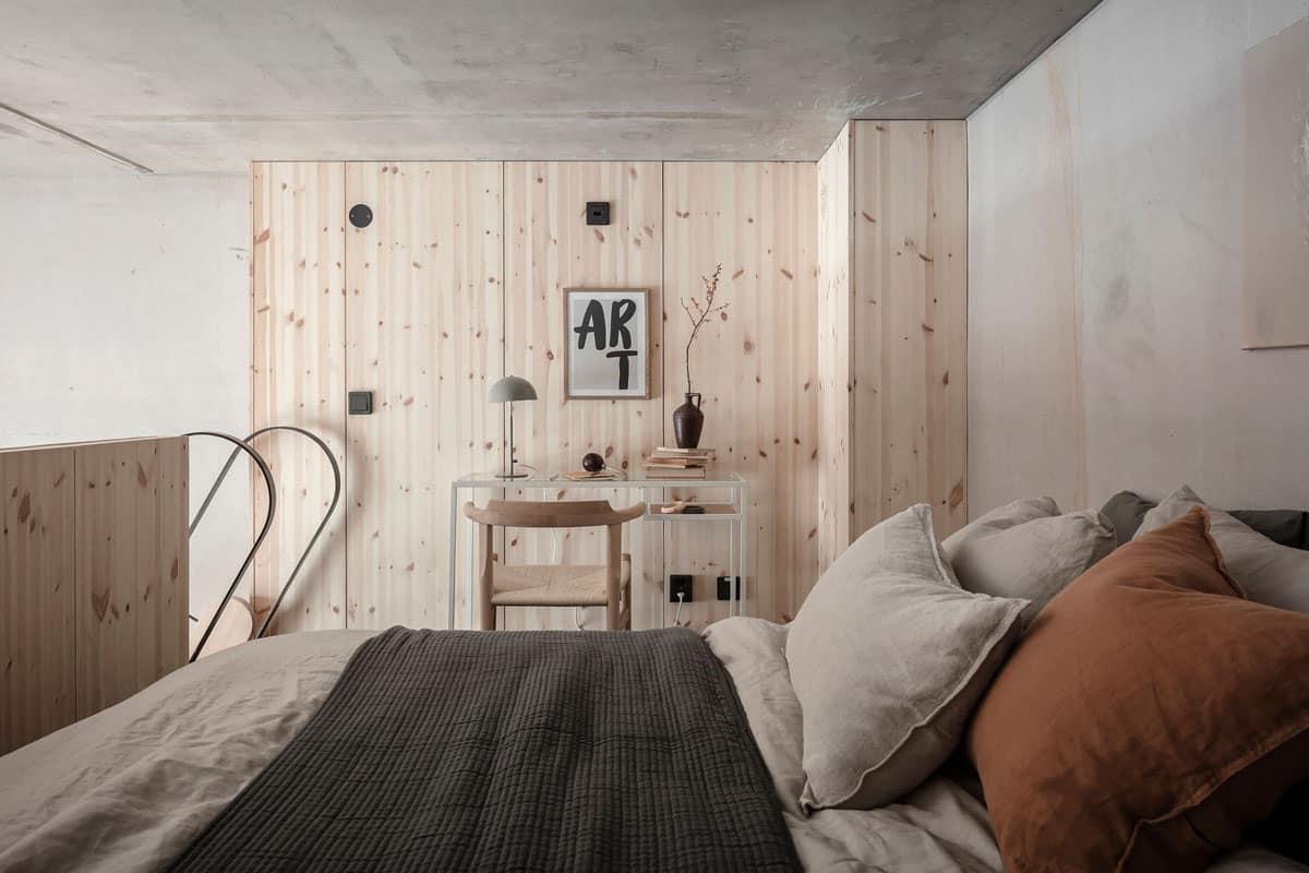Chambre parentale cocooning aménagée dans une mezzanine en bois
