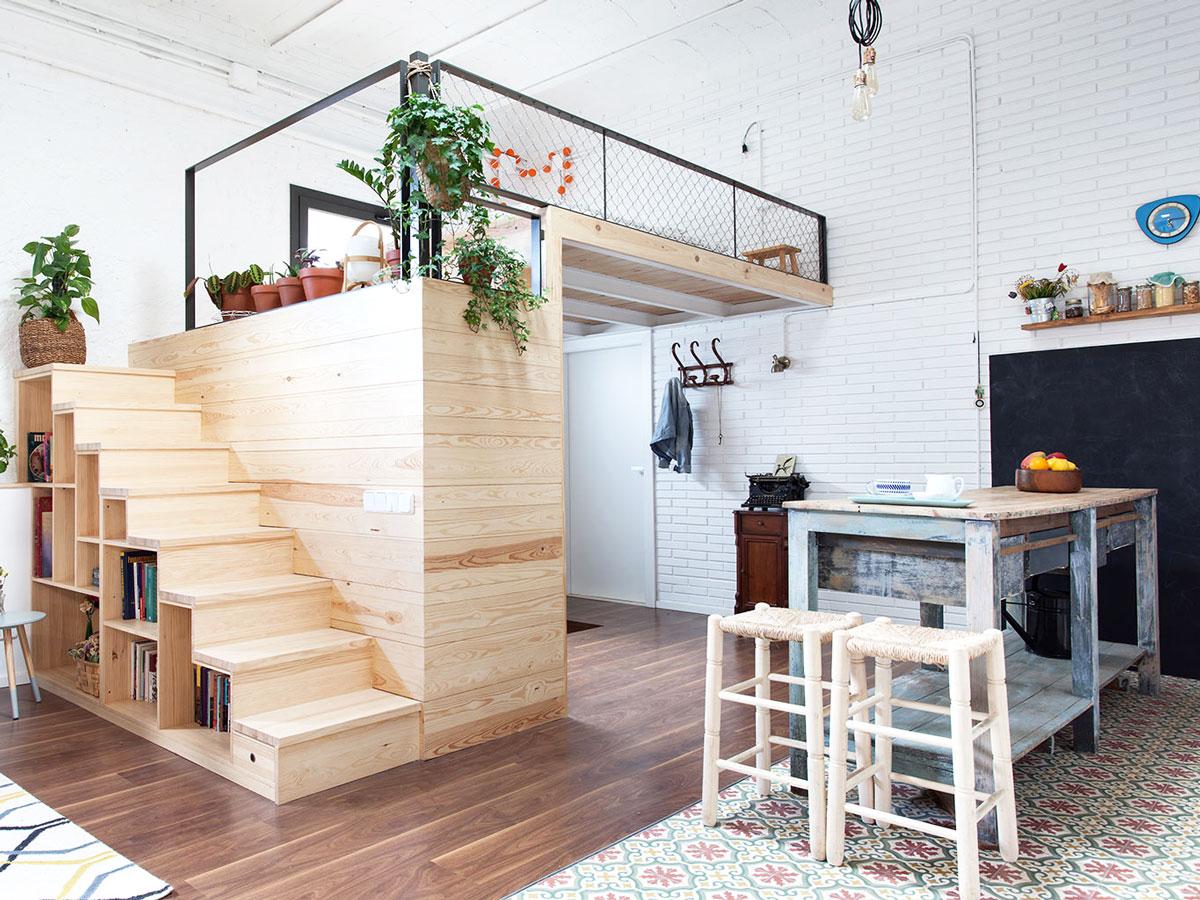 Une bibliothèque dans une mezzanine en bois pour lier l'utile au stockage
