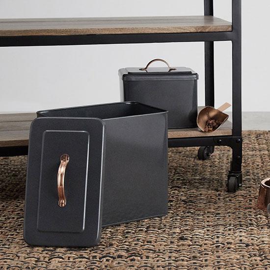 Accessoires pour animaux fonctionnels : des boîtes à croquette en métal