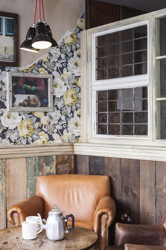 Soubassement décoré avec de vieilles planches de bois
