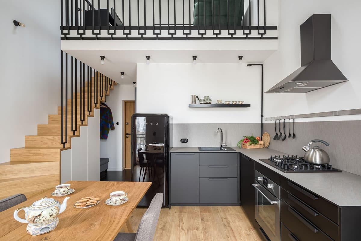 Mezzanine intégrée au-dessus d'une cuisine