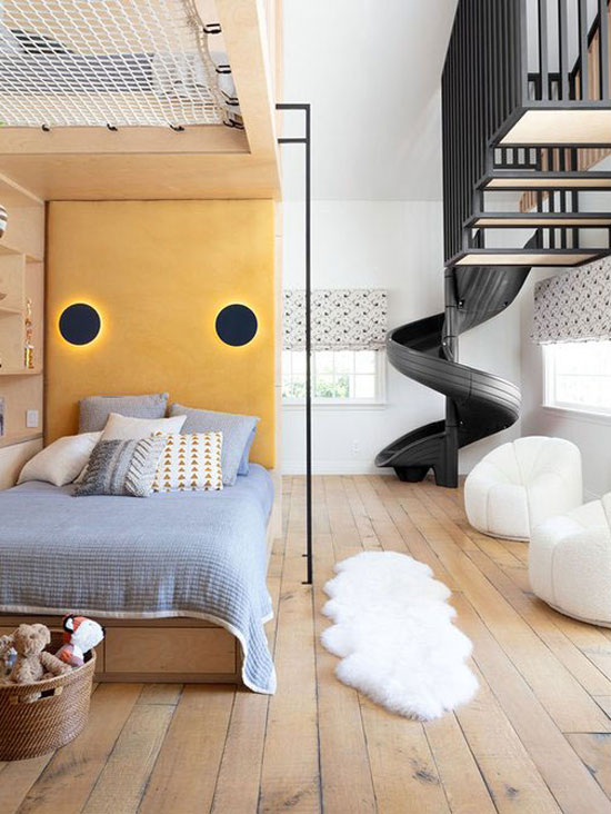 Chambre d'enfant avec 3 couchages grâce à une astucieuse mezzanine en bois