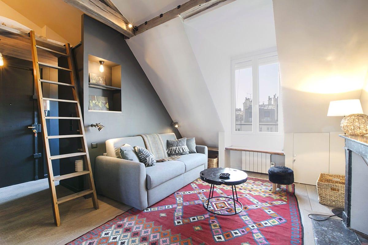 Une chambre mansardée sous les toits de Paris