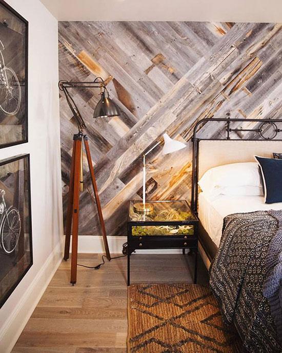 Une chambre habillée de planches de bois brut