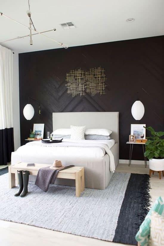 Parquet noir sur le mur de la chambre