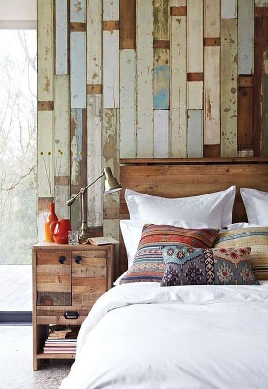 Une chambre avec planches de bois au mur