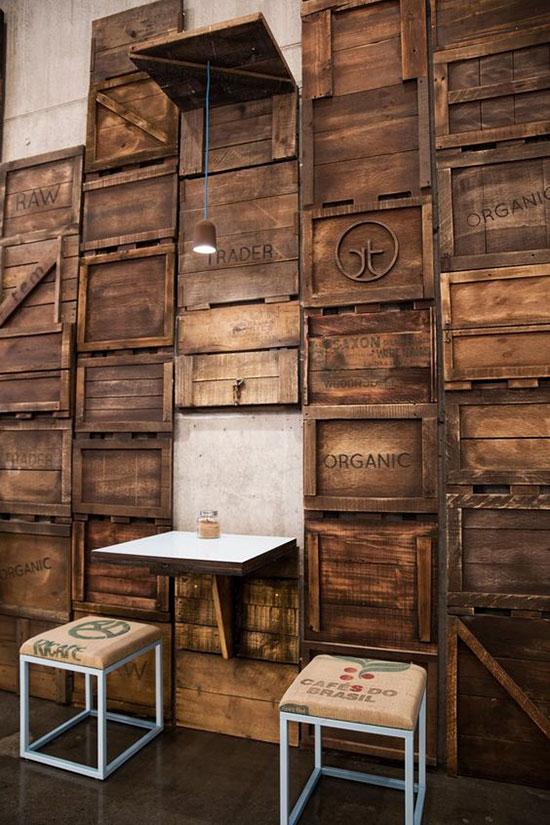 Mur réalisé avec caisses en bois
