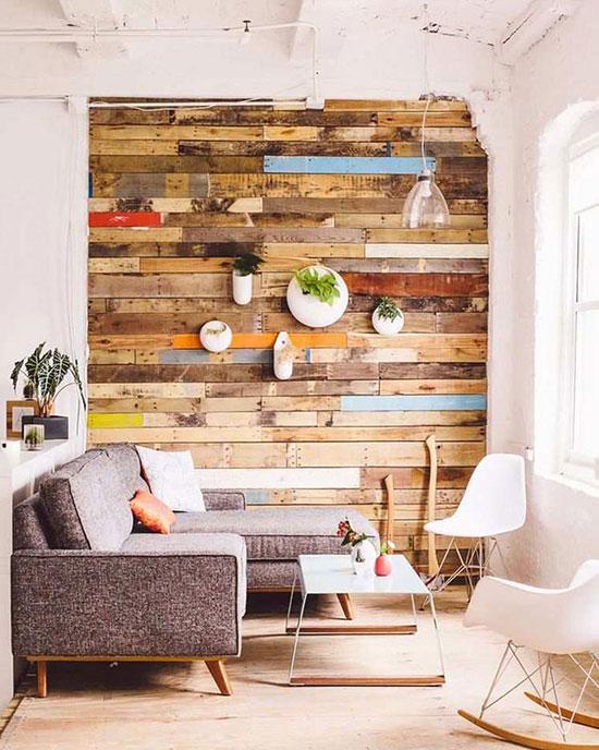 Recycler des planches de bois pour habiller un mur