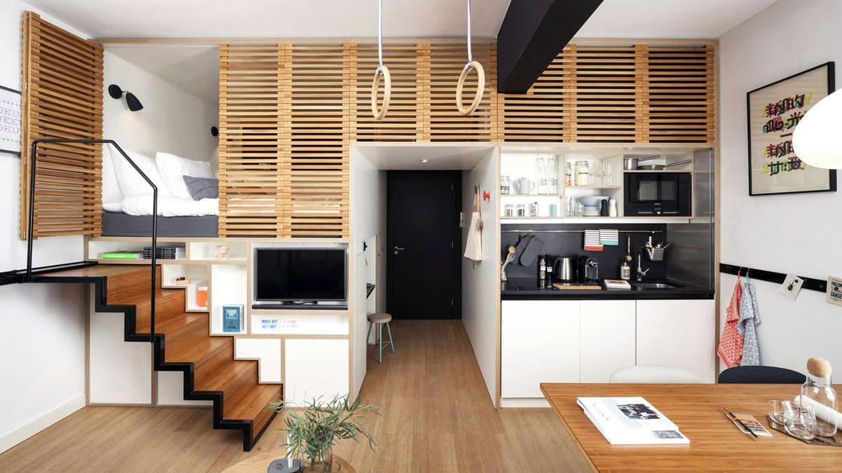 Studio avec chambre dissimulée derrière un panneau de bois