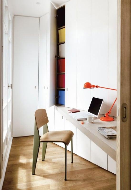Bureau asymétrique dans un couloir