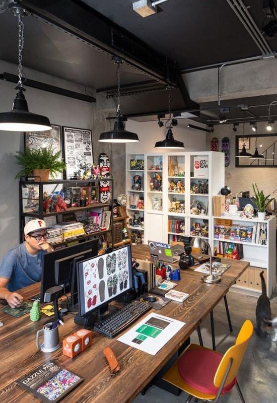 Vaste espace bureau aménagé dans un garage