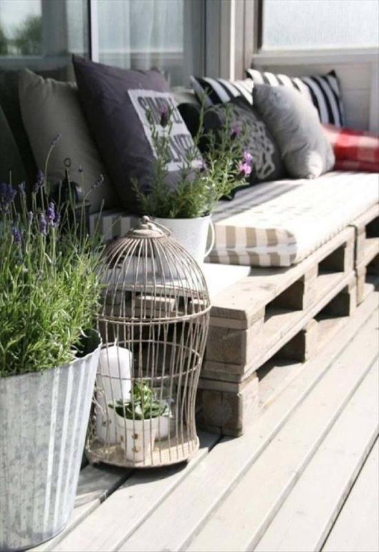 Canapé palette sur balcon