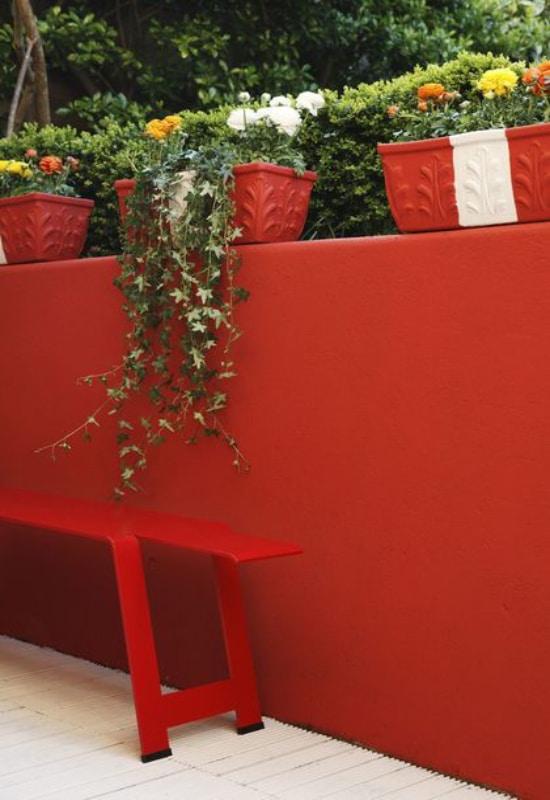 Mur rouge sur balcon
