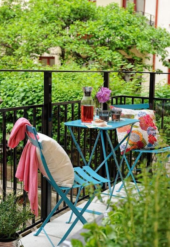 Tables et chaises sur balcon