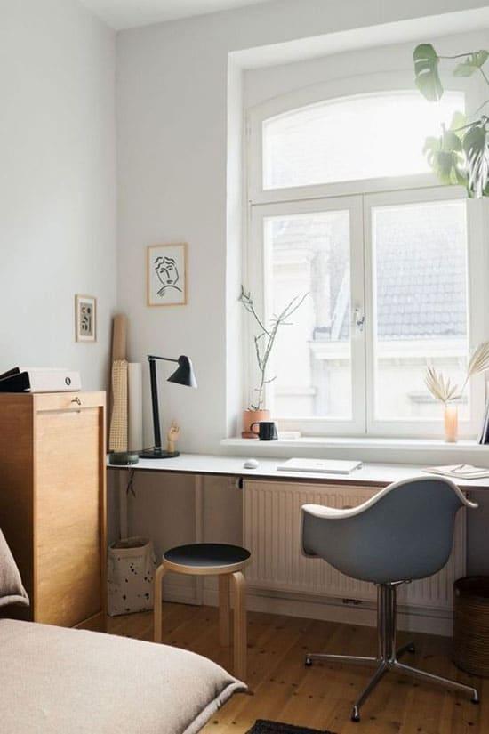 Étagère bureau sous la fenêtre