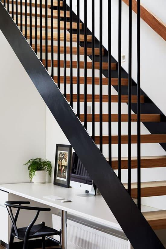 Grand bureau sous les marches d'un escalier