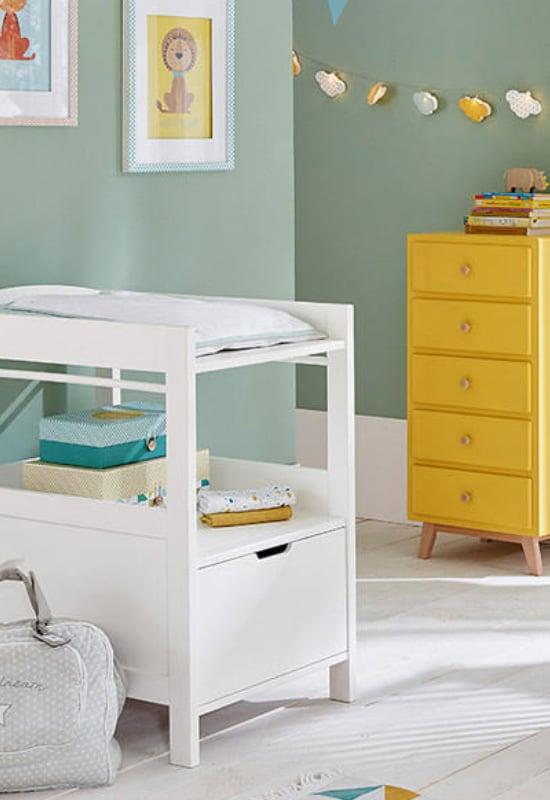 Couleur tilleul et moutarde dans la chambre bébé