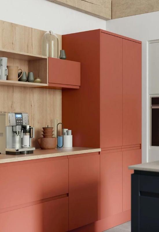 cuisine bois et rouge pale