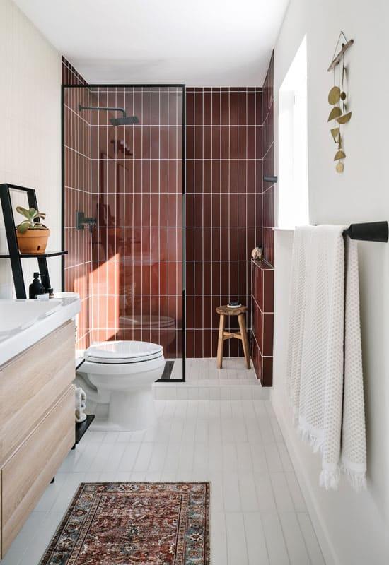 salle de bains lumineuse bordeaux