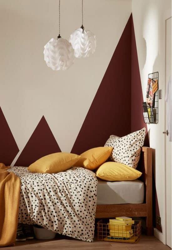 Chambre d'enfant avec mur graphique bordeaux