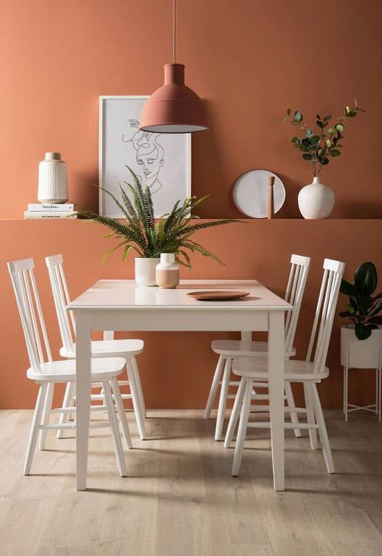 Salle à manger contemporaine blanche avec mur ocre