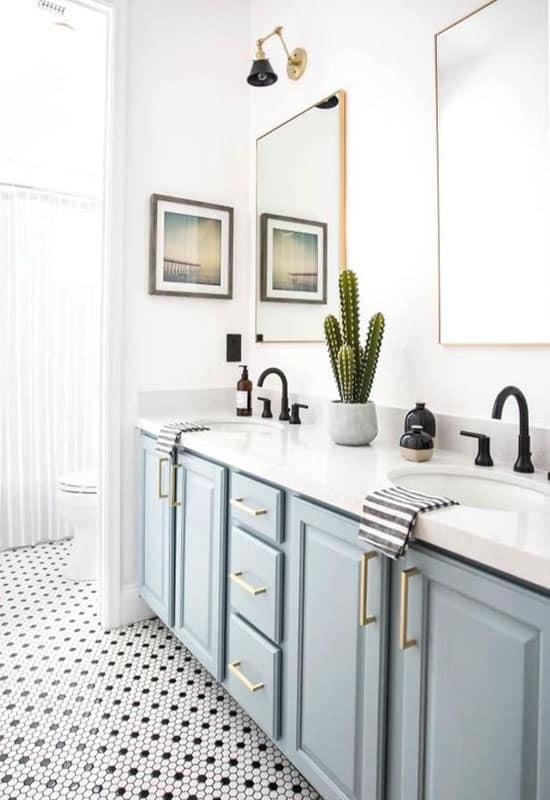 Salle de bain blanche et bleu glacier