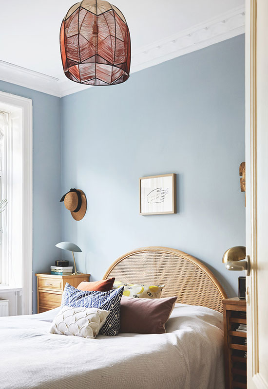 Chambre bleue et tête de lit rotin