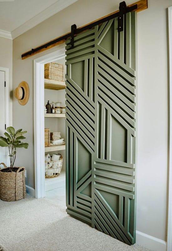 Porte avec motifs géométriques