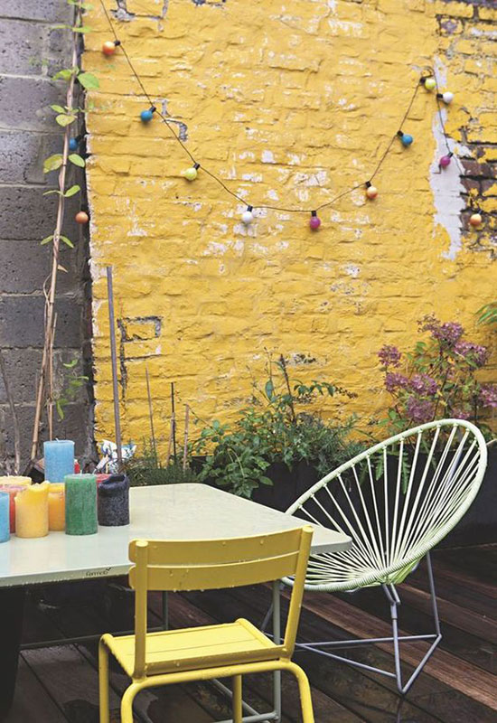 Mur extérieur peint en jaune