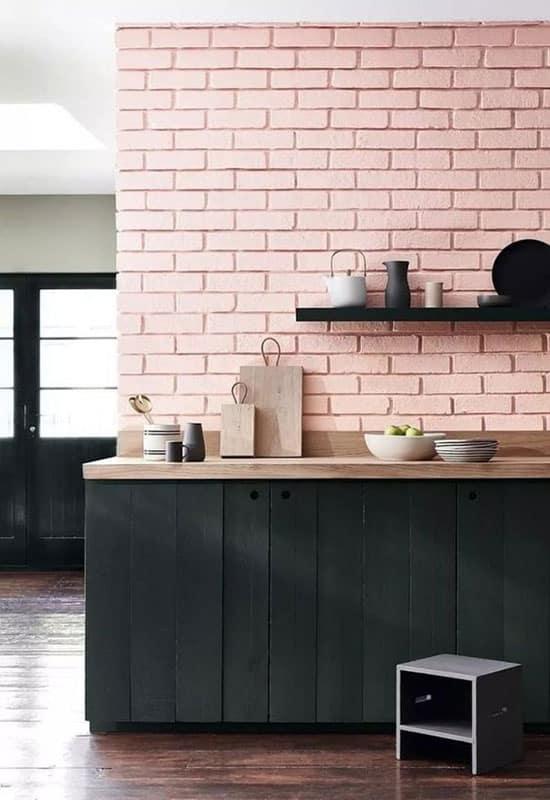 Briquettes roses et cuisine noire