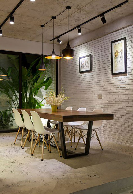 Mur blanc briquettes dans salle à manger
