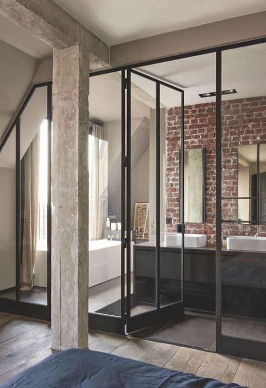 Mur de brique dans la salle de bain
