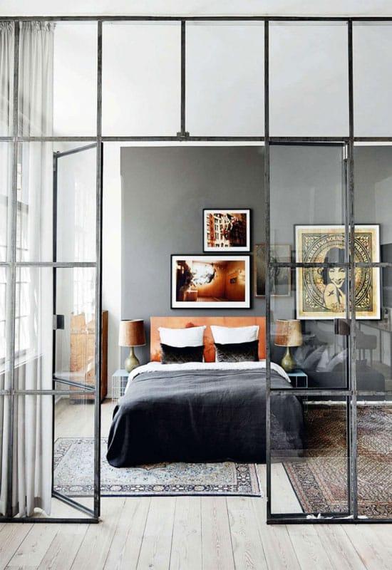 Chambre derrière une structure vitrée