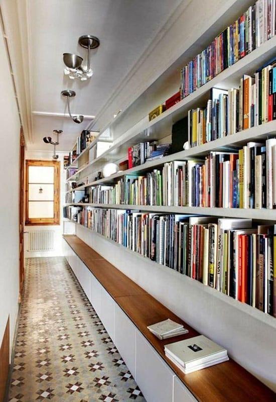 Bibliothèque dans couloir étroit