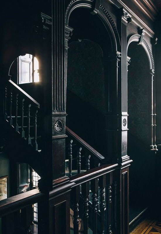 Cage d'escalier noire