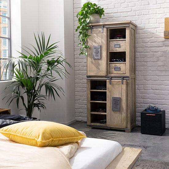 Armoire style industriel en bois blanchi