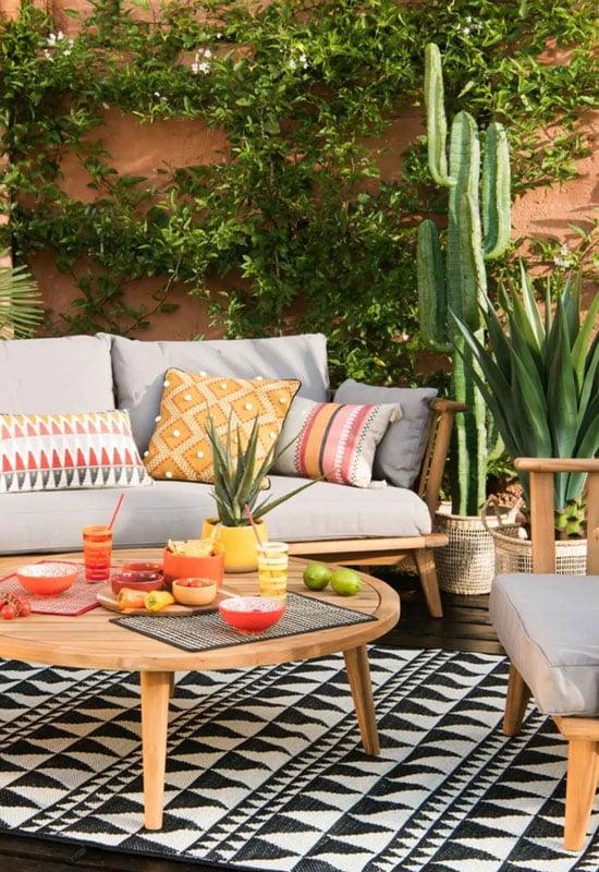 Cactus artificiel sur une terrasse