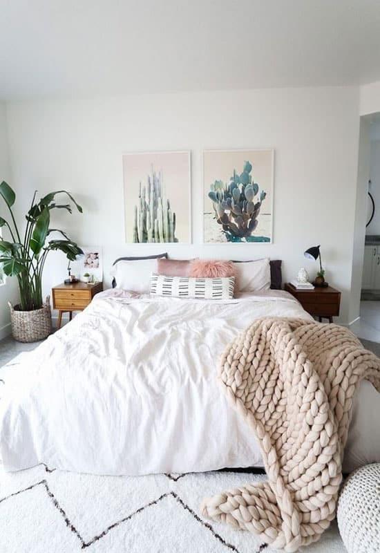 Grandes photographies de cactus dans la chambre parentale