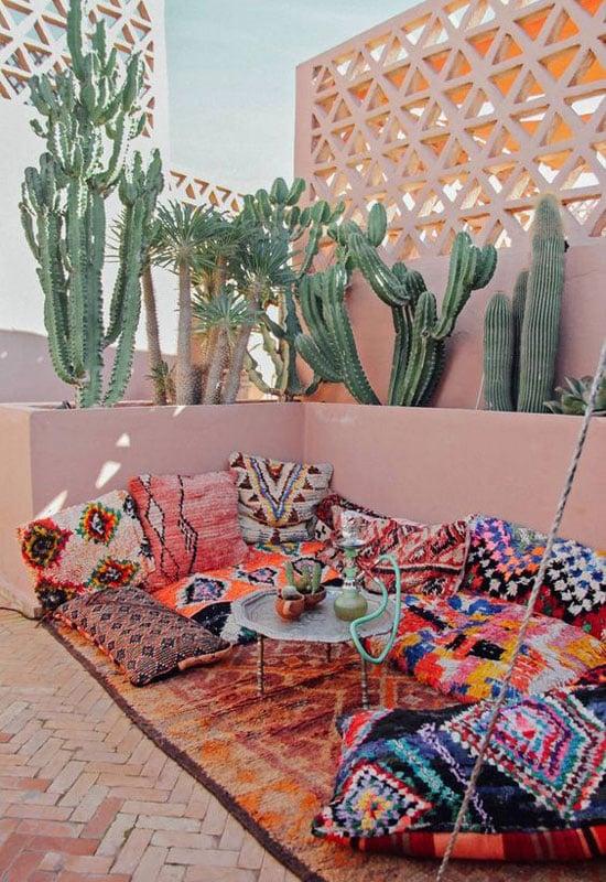Terrasse ouverte décorée avec des cactus