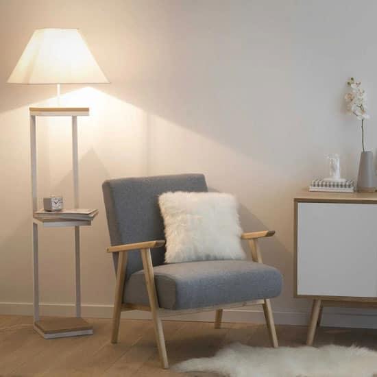 Un lampadaire pratique pour un petit coin cosy