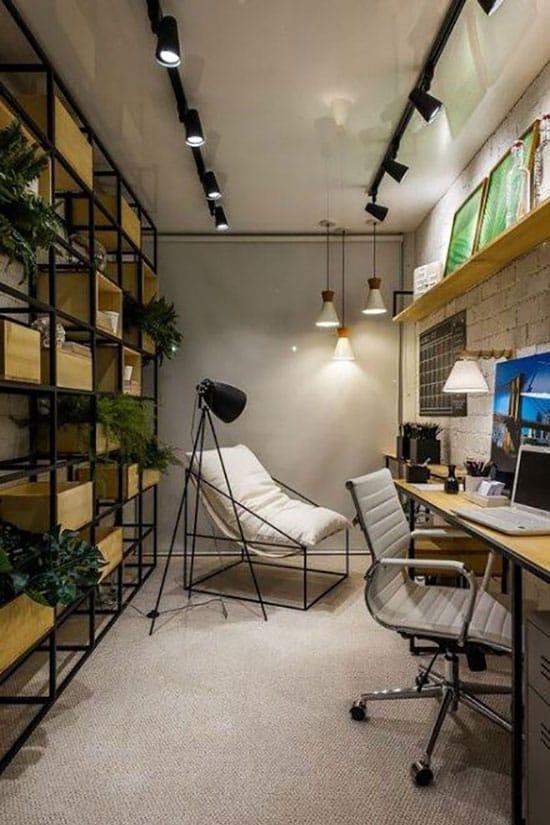 Grand bureau dans une pièce sans fenêtre