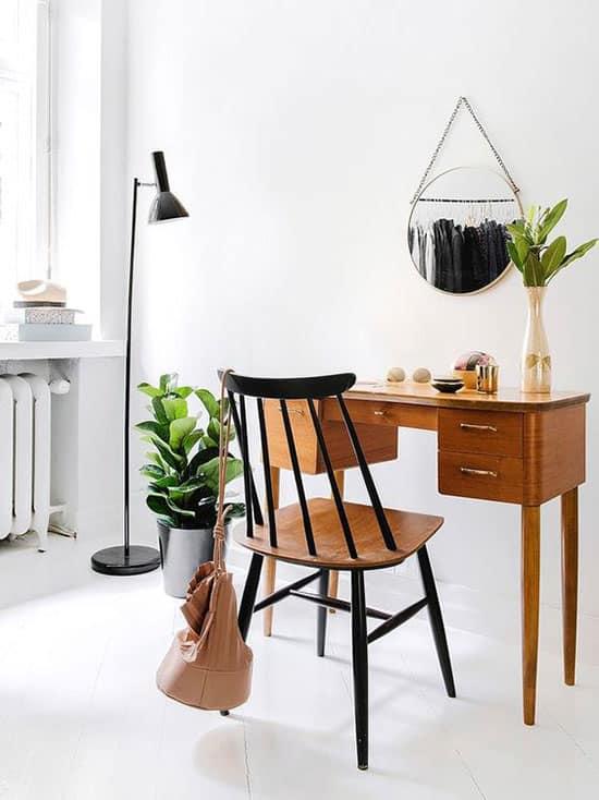 Petit bureau ancien pour travailler à la maison
