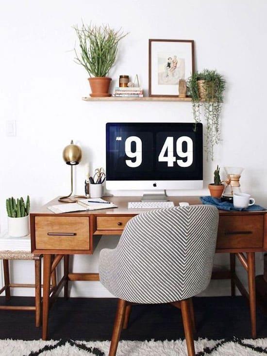 Bureau ancien, fauteuil confortable et décoration végétale