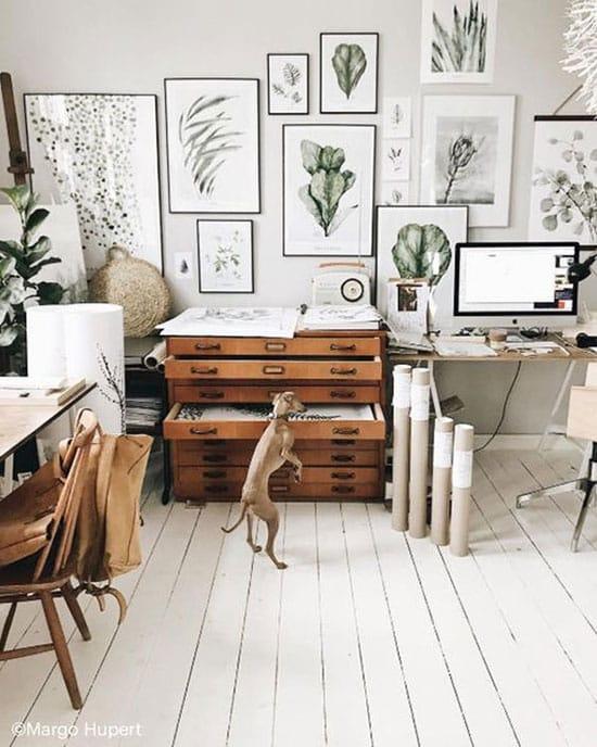 Bureau façon atelier d'architecte, décorations murales et meubles de rangement