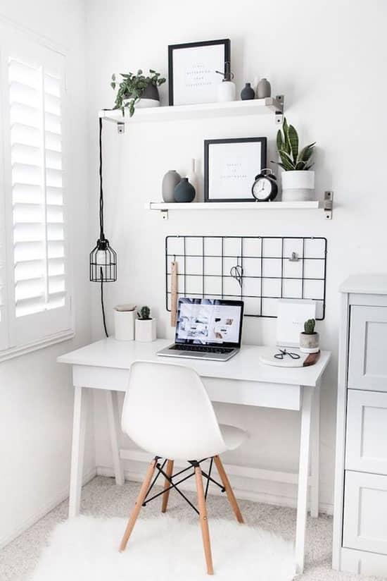 Aménagement d'un bureau tout en blanc
