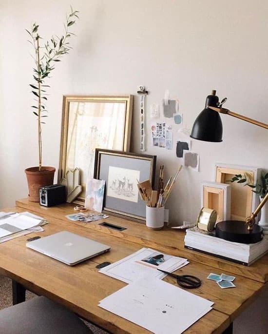 Grand bureau bois, cadres et lampe à poser